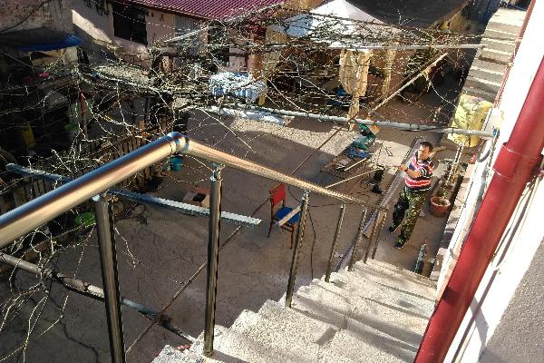Balustrada aluminiu cu montanti fixati pe pardoseala